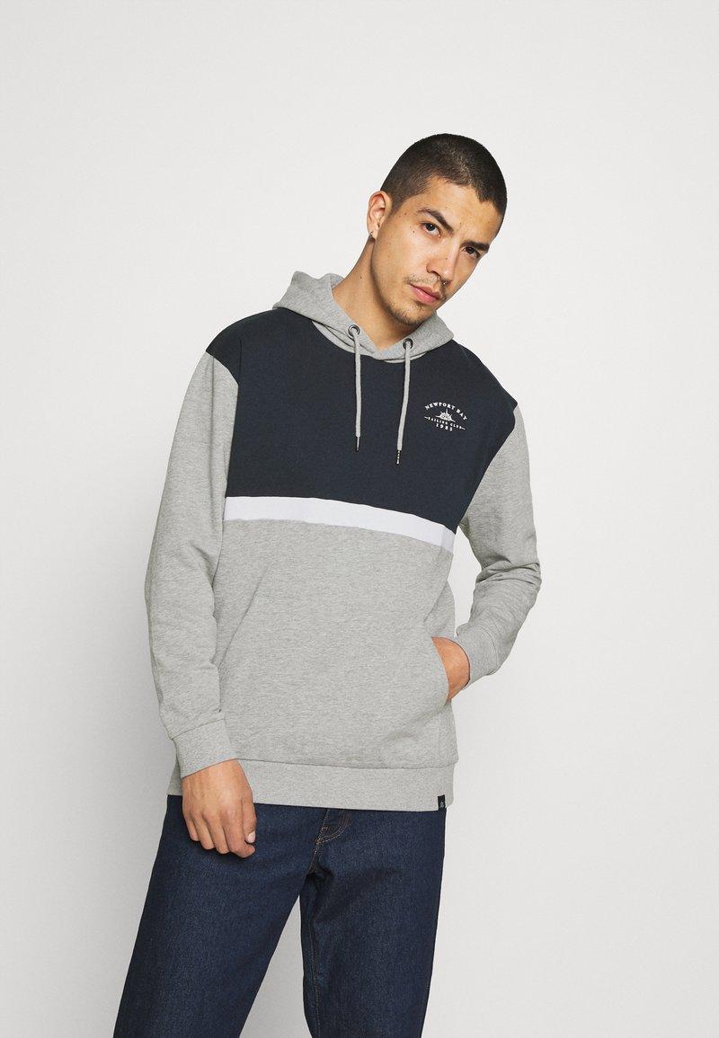 Newport Bay Sailing Club - PANEL HOODIE - Sweater - gray marl/navy