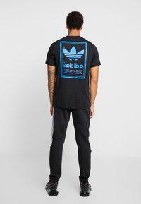 adidas Originals - VINTAGE LABEL GRAPHIC TEE - Print T-shirt - black/bluebird - 2