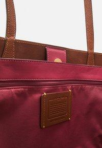 Coach - PENN TOTE - Plátenná taška - saddle - 3