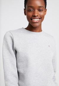 Tommy Hilfiger - HERITAGE CREW NECK  - Sweatshirt - light grey - 3