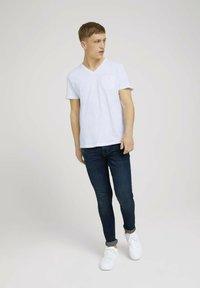 TOM TAILOR DENIM - MELIERTES MIT BRUSTTASCHE - Basic T-shirt - white - 1