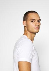 Calvin Klein Jeans - SMALL CENTER BOX TEE - Print T-shirt - bright white - 3