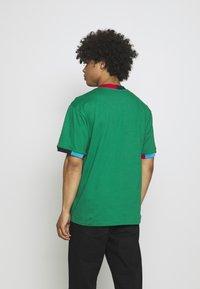 Karl Kani - UNISEX SMALL SIGNATURE TEE - Triko spotiskem - green - 2