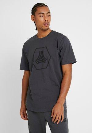 TAN LOGO TEE - Camiseta estampada - grey