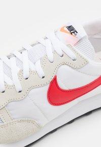 Nike Sportswear - CHALLENGER OG UNISEX - Tenisky - white/university red/summit white/black/total orange - 5