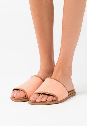 CANDI - Sandály s odděleným palcem - orange