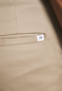 Selected Homme - SLHSLIM BUCKLEY FLEX PANTS - Tygbyxor - chinchilla - 4