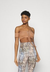 Missguided - BARDOT LACE UP CROP 2 PACK - Print T-shirt - camel/red - 1