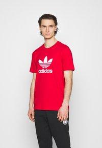 adidas Originals - TREFOIL UNISEX - T-shirt med print - scarlet/white - 0
