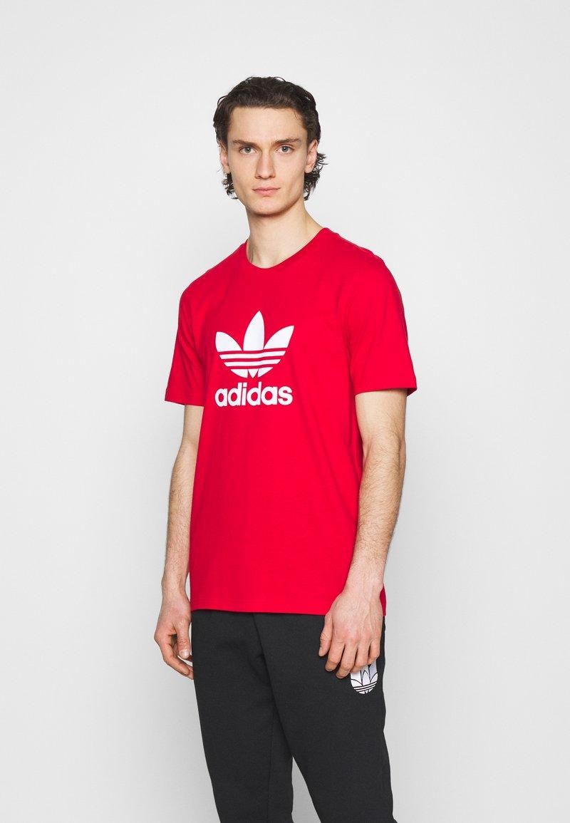 adidas Originals - TREFOIL UNISEX - T-shirt med print - scarlet/white