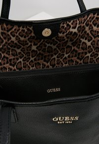 Guess - VIKKY TOTE SET - Sac à main - black - 4