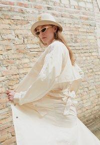 adidas Originals - TRENCH ORIGINALS ADICOLOR PRIMEGREEN COAT - Trenchcoat - white - 2