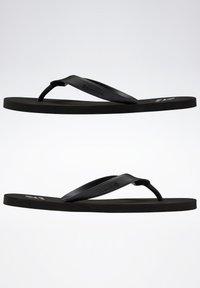 Reebok - CASH FLIP - Sandalias de dedo - black - 9