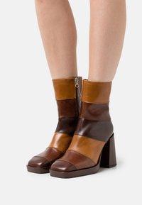 Chio - Kotníkové boty na platformě - brown/castana/tan sierra - 0