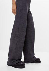 Bershka - MIT WEITEM BEIN  - Trousers - dark grey - 3
