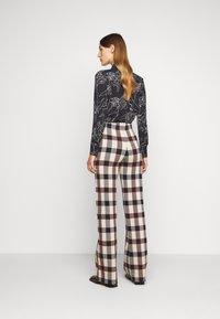 Victoria Victoria Beckham - STRAIGHT TROUSER - Spodnie materiałowe - multi - 2