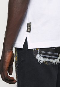 Versace Jeans Couture - ADRIANO LOGO - Polo - bianco - 4