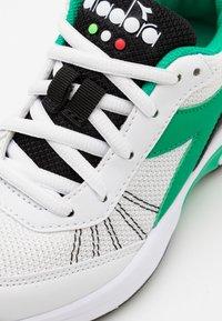 Diadora - S. CHALLENGE 3 JR UNISEX - Multicourt tennis shoes - white/holly green/black - 5