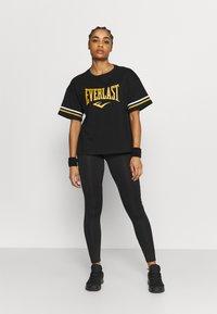Everlast - T-shirt con stampa - black/nuggets/white - 1