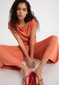 ARMEDANGELS - KAROLINAA - Trousers - burned mandarin - 4