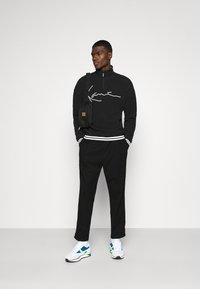 Karl Kani - SIGNATURE POLARFLEECE TROYER - Sweatshirt - black/white - 1
