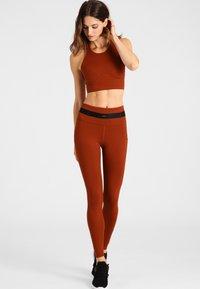Daquïni - LEGGINGS BOSSA LEGGINGS - Leggings - red - 1