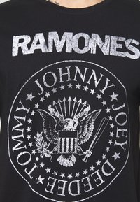 Only & Sons - ONSRAMONES FRONT PRINT TEE - Print T-shirt - black - 5