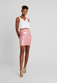 Nly by Nelly - PATENT SHORT SKIRT - Minisukně - dark pink - 1