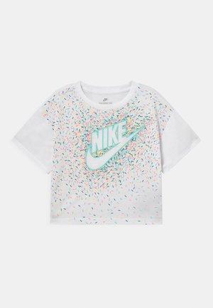 DRAPEY GRAPHIC - Camiseta estampada - white