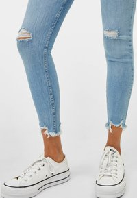Bershka - LOW WAIST - Jeans Skinny Fit - Light Blue - 3
