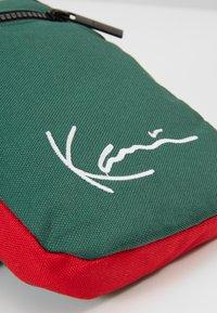 Karl Kani - SIGNATURE BLOCK BODY BAG - Marsupio - navy/green/yellow/red - 2