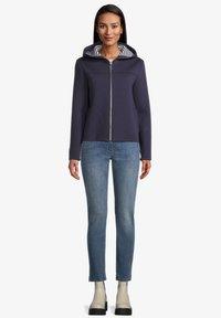 Amber & June - Zip-up sweatshirt - mittelblau - 1