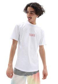Vans - MN CLASSIC EASY BOX - T-shirt print - white/high risk red - 0