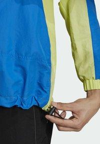 adidas Originals - ADIDAS ADVENTURE MISHMASH BLOCKED SHELL JACKET - Windbreaker - yellow - 4
