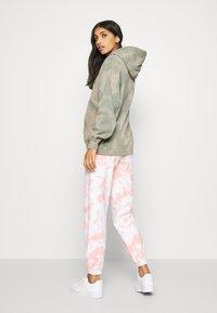 BDG Urban Outfitters - TIE DYE HOODIE - Hoodie - green - 2
