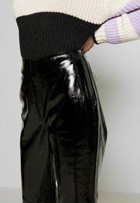 YAS - YASPATTY PATENT PANT SHOW - Lederhose - black - 4