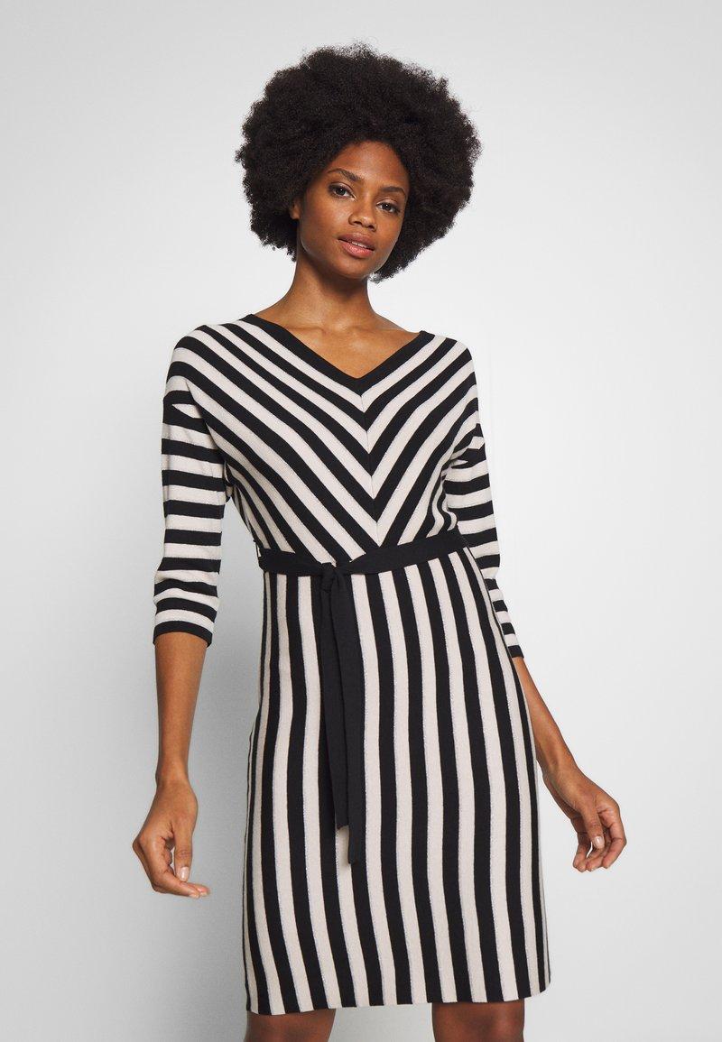 comma - DRESS - Pletené šaty - black