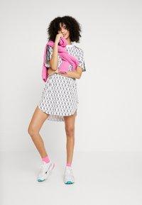 adidas Originals - GRAPHICS TREFOIL MONOGRAM TEE DRESS - Robe en jersey - white/black - 1