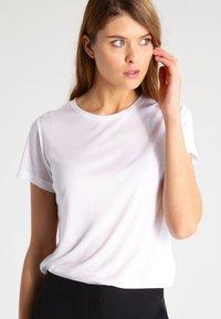 House of Dagmar - UPAMA - T-shirt basic - white - 0