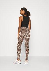 ONLY - ONLBELLA LIVE LOVE LEGGINGS  - Leggings - Trousers - black leo - 2