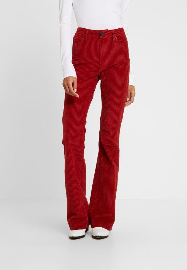 CARA BELL - Spodnie materiałowe - rust red