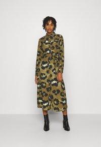 Vero Moda - VMGREETA DRESS - Košilové šaty - beech/greeta - 0