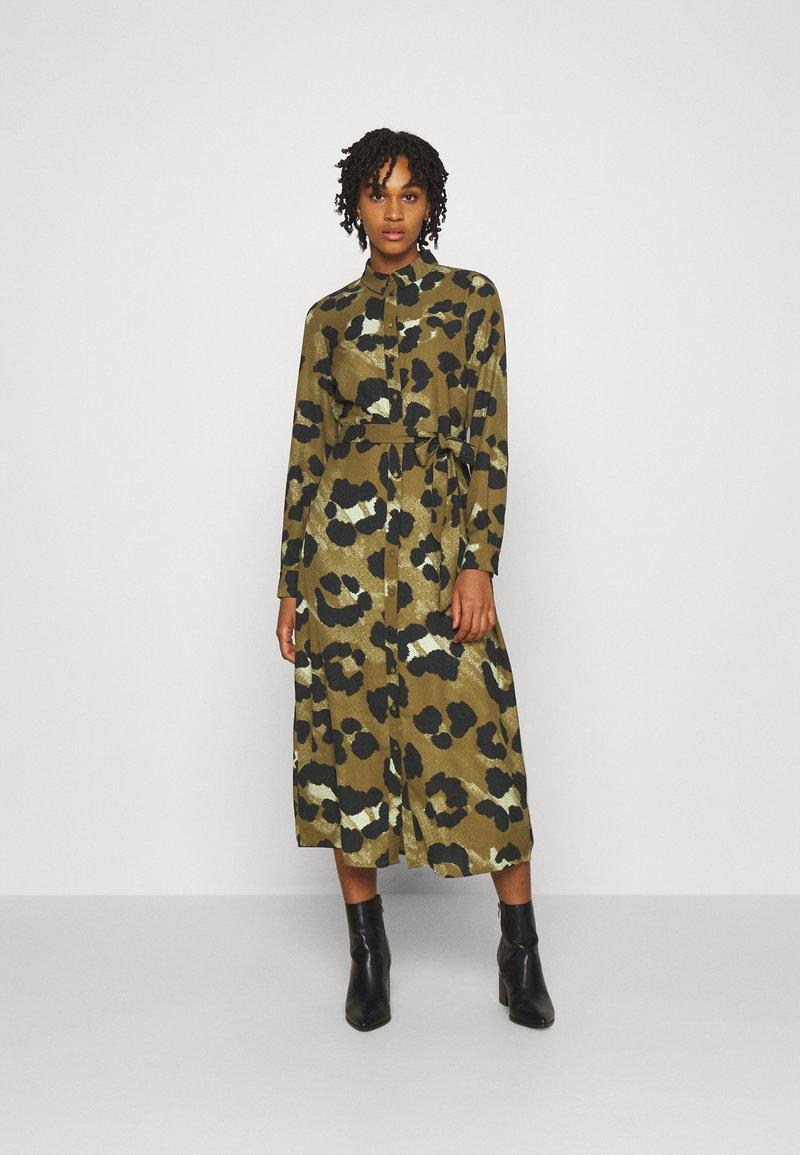 Vero Moda - VMGREETA DRESS - Košilové šaty - beech/greeta