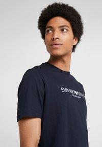 Emporio Armani - EAGLE BRAND - T-shirt imprimé - blu navy - 3
