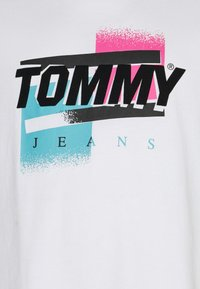 Tommy Jeans Plus - FADED COLOR GRAPHIC TEE - Print T-shirt - white - 2