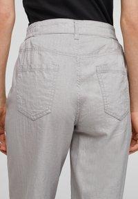 QS by s.Oliver - Pantalon classique - light grey - 3