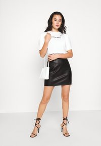 Vero Moda - VMNORARIO COATED SKIRT  - Blyantnederdel / pencil skirts - black - 1