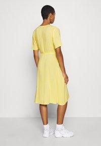 Moss Copenhagen - ISALIE TURID WRAP DRESS - Denní šaty - panana - 2