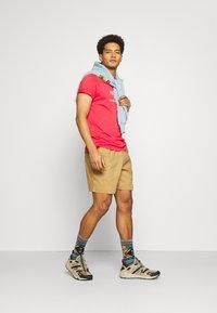 The North Face - RUST TEE  - Camiseta estampada - rococco red - 1