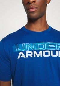 Under Armour - BLURRY LOGO WORDMARK  - T-shirt imprimé - graphite blue/electric blue - 5